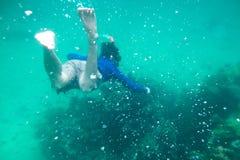 Bemannen Sie Tauchen in Smaragd-andaman Meer auf Koralle Lizenzfreie Stockbilder