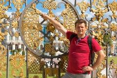 Bemannen Sie Touristen in einem roten T-Shirt im Park Stockbilder