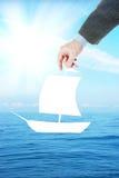 Bemannen Sie Träume, um auf ein Boot im Ozean zu segeln Lizenzfreie Stockfotos
