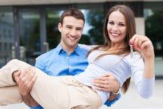 Bemannen Sie tragende Frau in neues Haus Lizenzfreies Stockfoto
