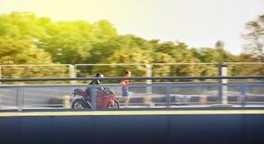 Bemannen Sie tragende Schutzkleidung und Sturzhelm auf einem Ducatti-motorcycl Lizenzfreie Stockfotografie