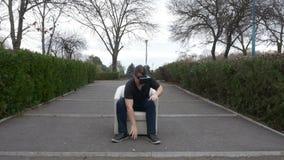 Bemannen Sie tragenden aufpassenden Inhalt der Multimedia 3d der Ausrüstung der virtuellen Realität und das Erhalten überrascht - stock video footage