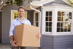 Bemannen Sie tragenden Kasten in neues Haus an beweglichem Tag lizenzfreies stockfoto
