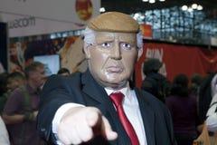 Bemannen Sie tragendes Donald Trump-Kostüm an komischem Betrug NY Stockfoto