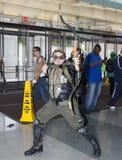 Bemannen Sie tragendes grünes Pfeilkostüm an komischem Betrug NY Stockfotografie