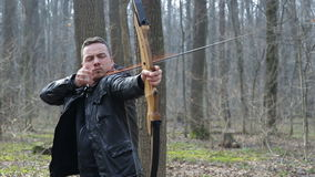 Bemannen Sie Trieb mit einem Bogen im Wald stock footage