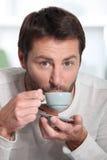 Bemannen Sie trinkendes Espresso Stockbilder