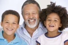 Bemannen Sie und das Lächeln mit zwei jungen Kindern Lizenzfreies Stockfoto