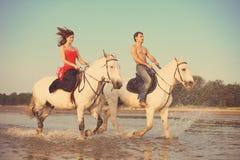 Bemannen Sie und eine verliebte Frau mit dem Meer zu Pferd lizenzfreie stockbilder