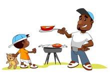 Bemannen Sie und sein Sohn, der Fleisch auf Grilgrill kocht Lizenzfreie Stockfotografie