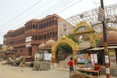 Bemannen Sie und transportieren Sie auf die Straße nahe dem alten Tempel in Vrindavan Indien lizenzfreies stockfoto