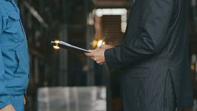 Bemannen Sie unterzeichnenden Geschäftsvertrag des Angestellten und des Geschäftsmannes und Rüttelnhände stock video footage