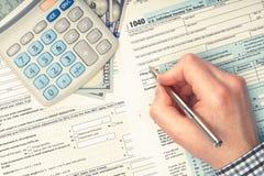 Bemannen Sie 1040 USA-Steuerformular ergänzen - Ansicht von der Spitze Gefiltertes Bild: Kreuz verarbeiteter Weinleseeffekt Lizenzfreie Stockfotos