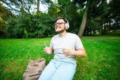 Bemannen Sie verärgertes, weil sein Telefon gestorben wird und er ` t hören kann Musik lizenzfreies stockfoto