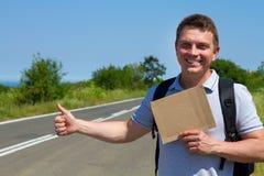 Bemannen Sie Versuch, um Auto mit Pappzeichen zu stoppen Lizenzfreies Stockfoto