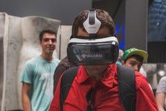 Bemannen Sie versuchenden Kopfhörer 3D an Ausstellung 2015 in Mailand, Italien Stockfoto