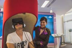 Bemannen Sie versuchenden Kopfhörer 3D an Ausstellung 2015 in Mailand, Italien Lizenzfreie Stockfotos