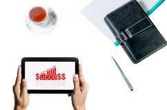 Bemannen Sie Vertretungs-Geschäftsdiagramm des Vorsprunges, Stift, Tasse Tee und Notizbuch in der Hand halten Lizenzfreie Stockfotos