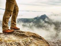 Bemannen Sie Wandererbeine mit windundurchlässiger Hose und Wanderstiefel lizenzfreies stockbild