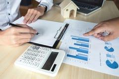 Bemannen Sie Zeichen eine Hausversicherungspolitik auf Wohnungsbaudarlehen, Mittel hält Darlehen lizenzfreie stockbilder