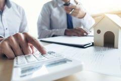 Bemannen Sie Zeichen eine Hausversicherungspolitik auf Wohnungsbaudarlehen, Mittel hält Darlehen stockfotografie
