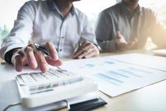 Bemannen Sie Zeichen eine Hausversicherungspolitik auf Wohnungsbaudarlehen, Mittel hält Darlehen stockbild