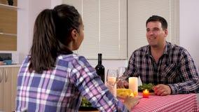 Bemannen Sie Zu Abend essen Kerzenlicht mit seiner Freundin stock video