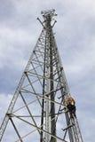Bemanning die antennes installeert stock afbeelding