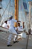 Bemanning op het lange schip Shabab van Oman stock foto
