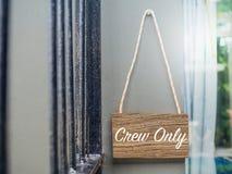 Bemanning slechts op houten hangend teken stock afbeelding