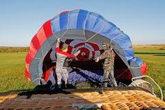 Bemanning van een hete luchtimpuls die vóór vlucht bij het festival van luchtvaartkunde in pereslavl-Zalessky voorbereidingen tre royalty-vrije stock fotografie