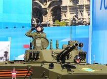 Bemanning van het gevechtsvoertuig in de lucht op de plechtige verrichting royalty-vrije stock foto