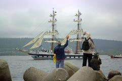 Bemanning van het toeschouwers de afscheidsschip stock foto