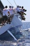 Bemanningsgroepswerk tijdens het varen regatta royalty-vrije stock afbeelding