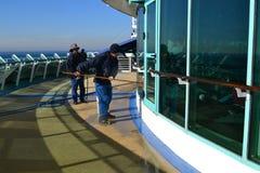 Bemanningsleden die vensters schoonmaken royalty-vrije stock fotografie