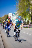 Bemannt Athletenradfahrerfahrten auf das Rennrad Stockbild