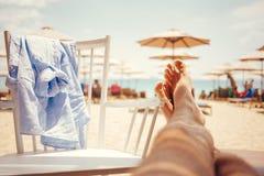 Bemannt Beine ausdehnen heraus in ein Lounge Bar Lizenzfreie Stockfotos