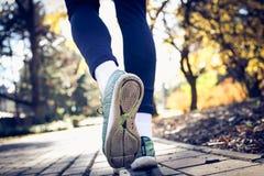 Bemannt das Fußlaufen Abschluss oben stockbild