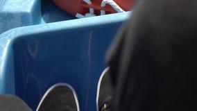 Bemannt die Füße Pedale auf Wasserfahrrad auf einem See spinnend Spinnendes Boot für Touristen, Spaßsommertätigkeit mit Freunden stock video footage