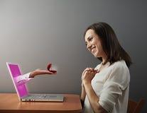Bemannt die Hand, die das Mädchen Ehering anbietet Lizenzfreie Stockfotografie