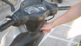 Bemannt die Hand, die Rollermaschine anläßt stock footage