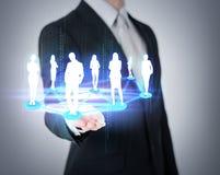 Bemannt die Hand, die soziales oder Geschäftsnetz zeigt