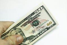 Bemannt die Hand, die Stapel der Papierdollar USA auf dem weißen BAC hält Lizenzfreies Stockbild