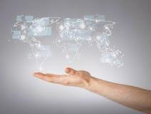 Bemannt die Hand, die Weltkarte zeigt Lizenzfreies Stockfoto