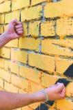 Bemannt Fäuste berühren die Wand Stockfoto