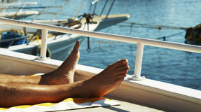 Bemannt Fahrwerkbeine auf Yacht Stockbild