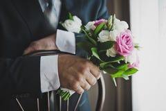 A bemannt Hand mit einem Blumenstrauß von Blumen 6810 Stockfoto