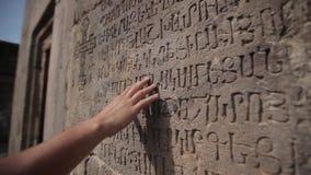 Bemannt Handaufschriften auf der Wand, die, Beschaffenheit, Weinlese, Design, Dunkelheit, Oberfläche, Kunst, Kalligraphie, der Bu stock video footage