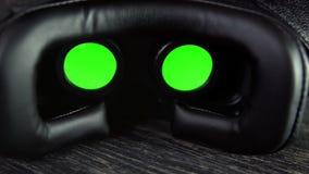 Bemannt Handnehmen vr Gläser und trägt sie Kopfhörer der virtuellen Realität Video 4K UHD stock footage