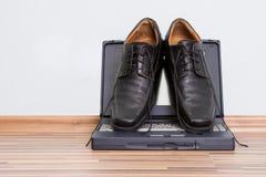 Bemannt Schuhe auf dem Notizbuch Stockfotografie